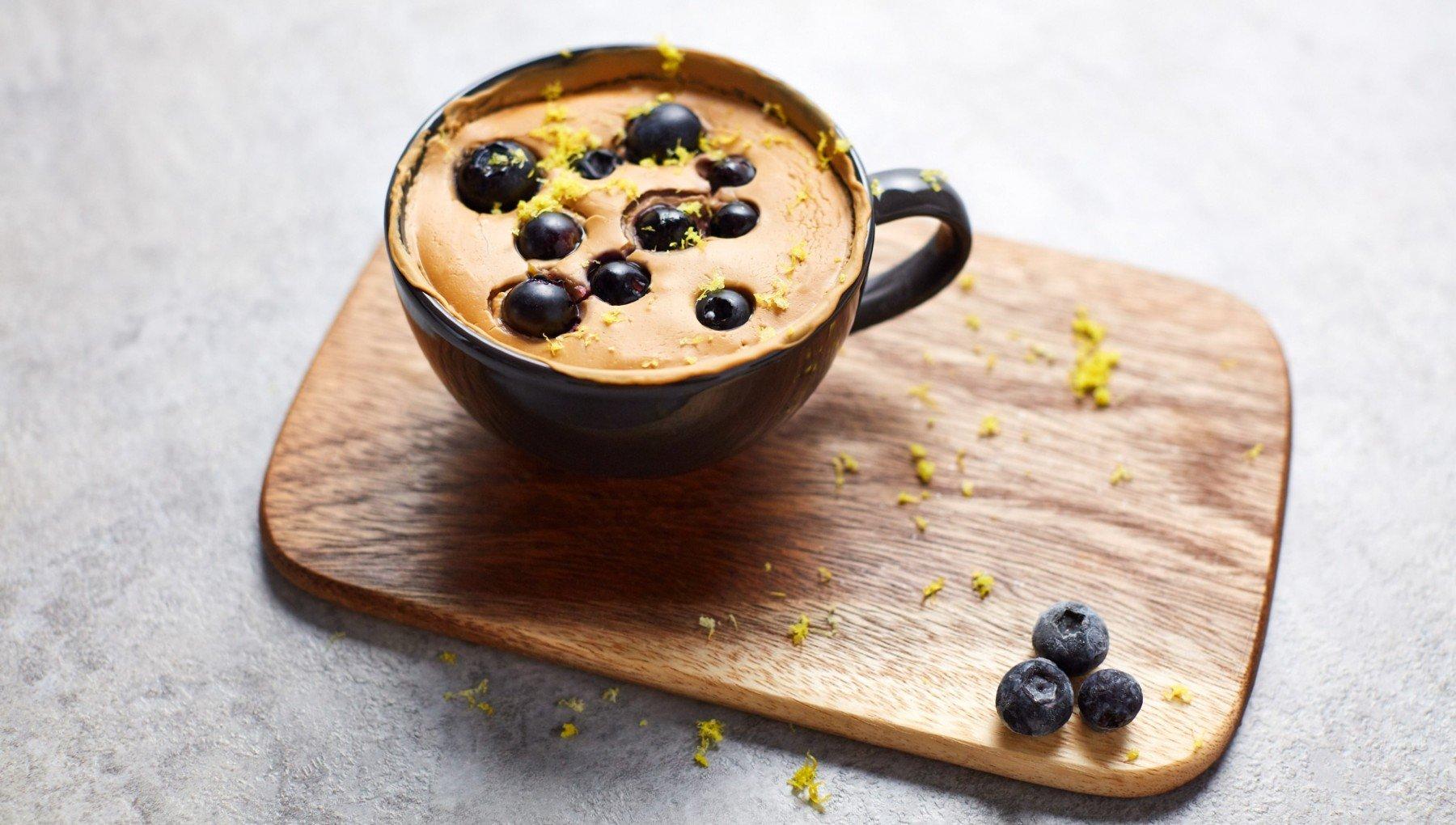 Proteinový vegan borůvkový mug cake
