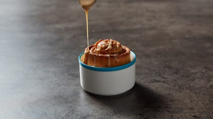 Proteinový cinnamon roll mug cake
