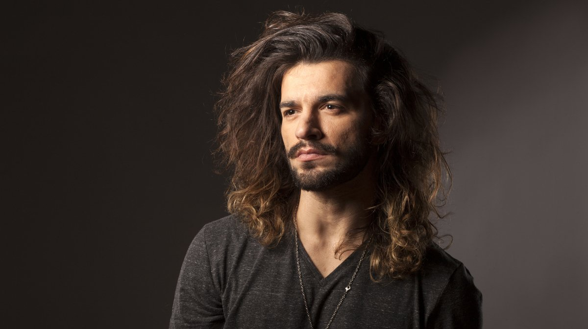 A Men's Guide To Growing Out Hair