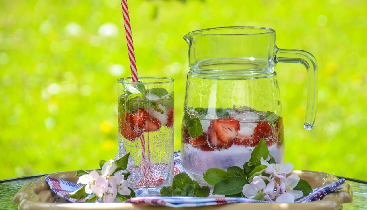 picnic tips ice cubes jug strawberries