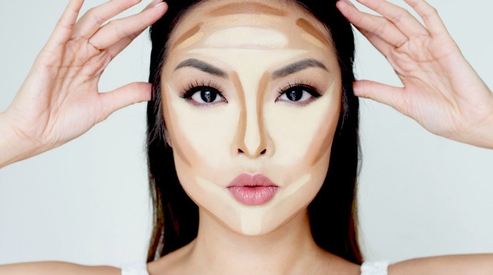 Beauty vlogger Chiutips in the process of contouring. Our tips on how to contour will help you sculpt your face like the pros.