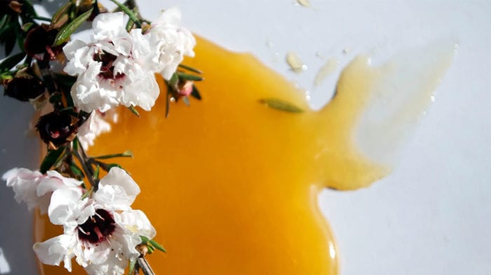 What are the benefits of manuka honey for the skin?