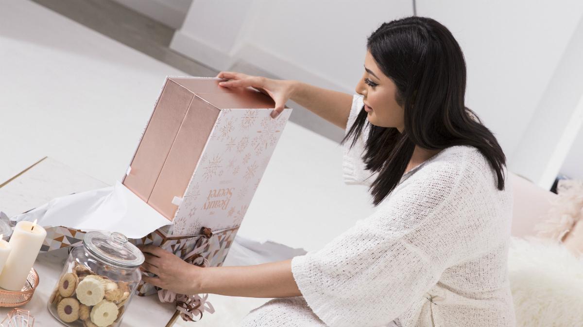 Mujer abriendo el Calendario de Adviento
