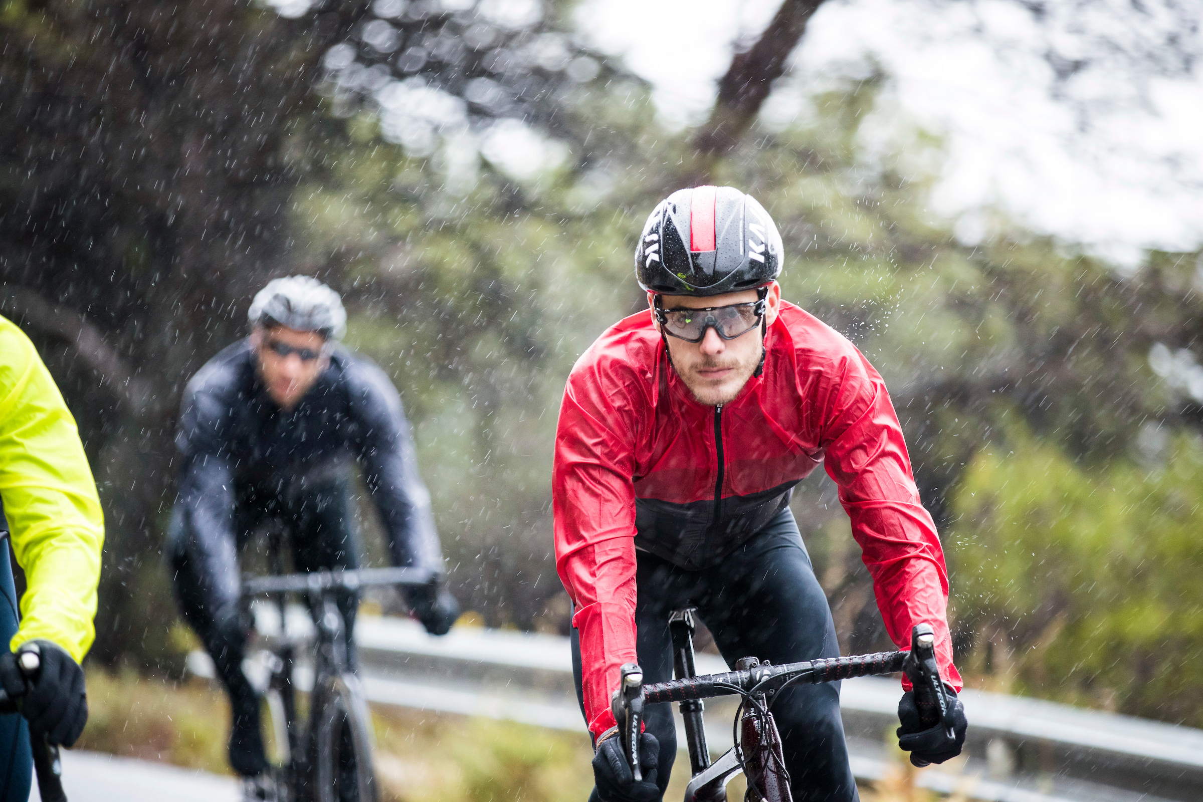 Cycling in the rain in the Santini cycling windbreaker rain jacket