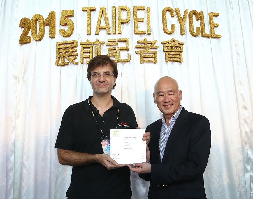 Victor major, owner of venn wheels, receiving an award at the 2015 taipei cycle show