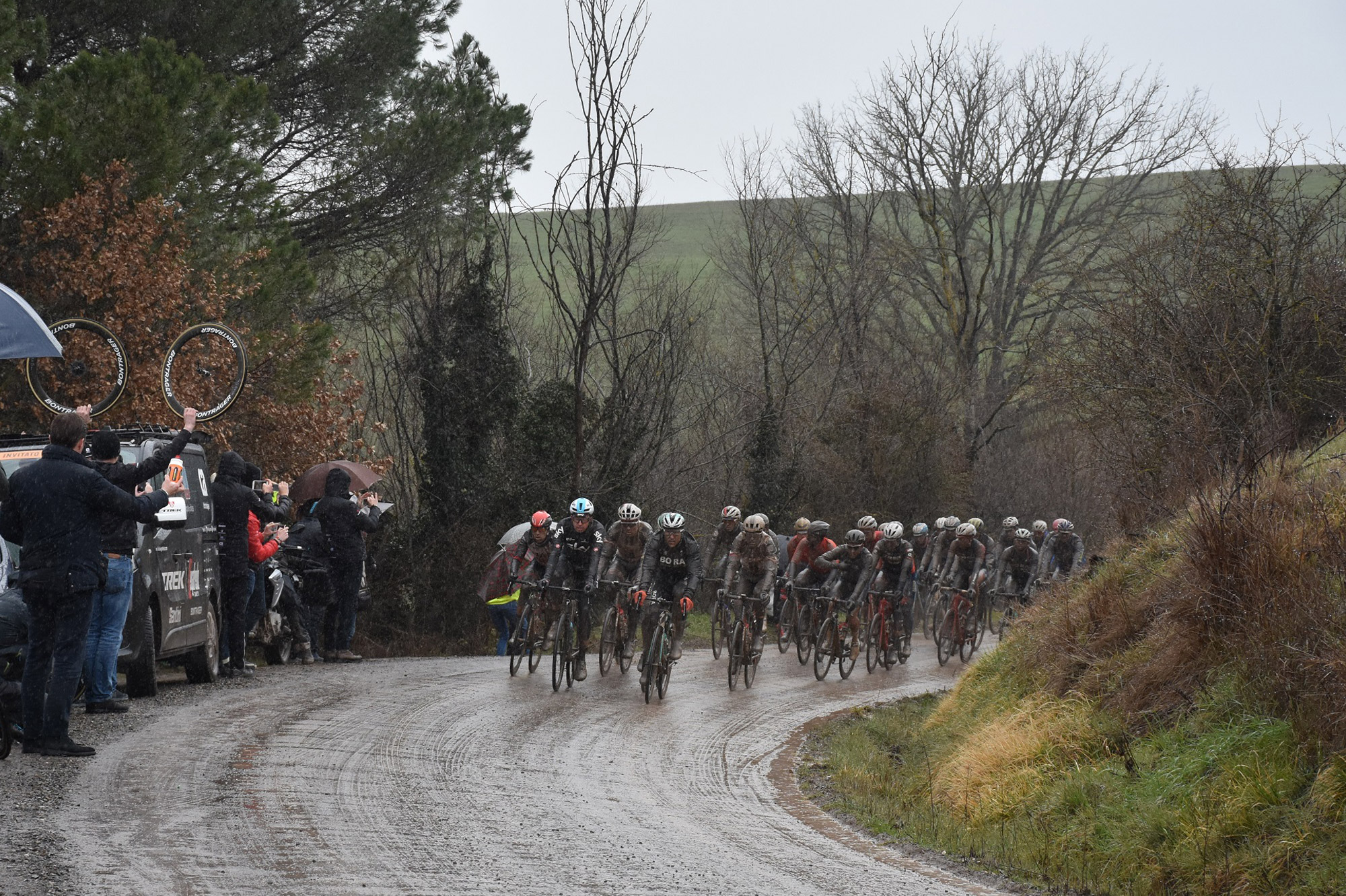 the peloton on sector 4 in tuscany.
