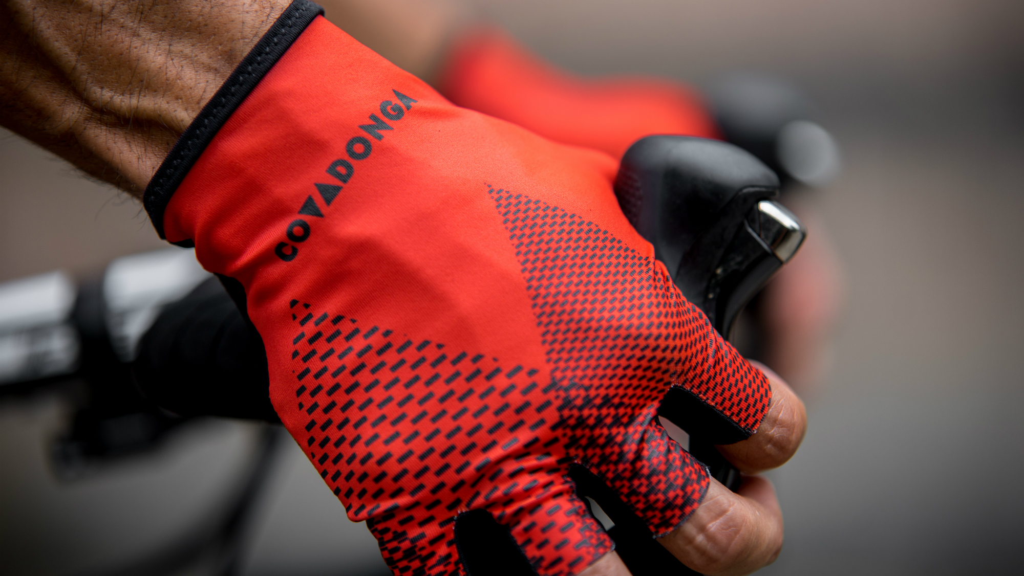 a cyclist gripping the handlebars wearing the Kalas Covadonga gloves