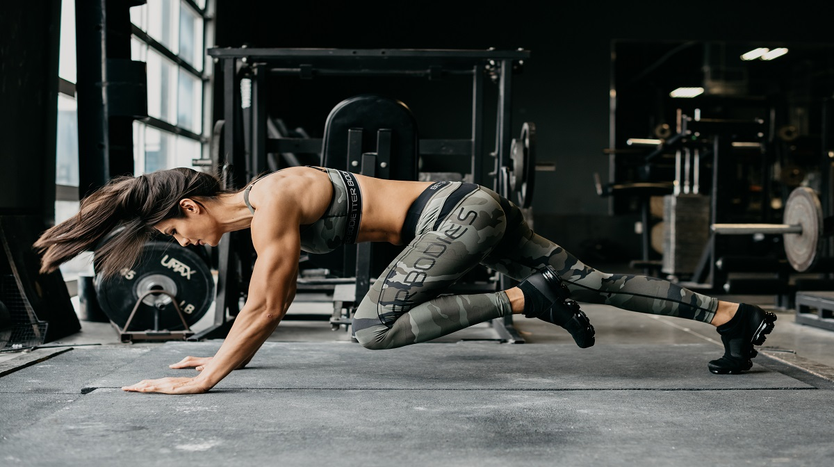 woman in better bodies clothing doing mountain climbers