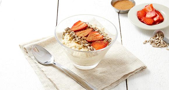 Protein Porridge mit Zimt und Erdbeeren