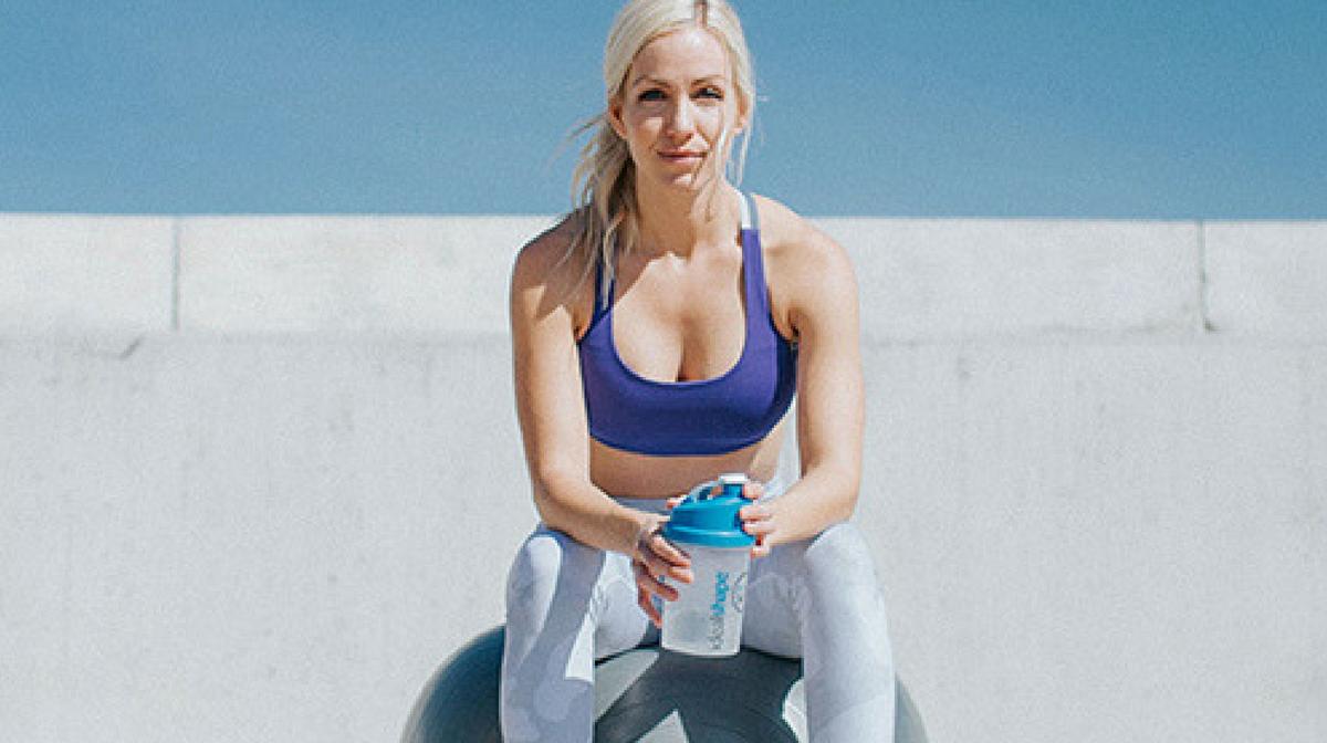 una donna che si allena per rimanere in forma