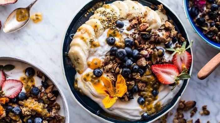 Smoothie bowl con banana, mirtilli, fragole e frutta secca: la colazione sana ideale!