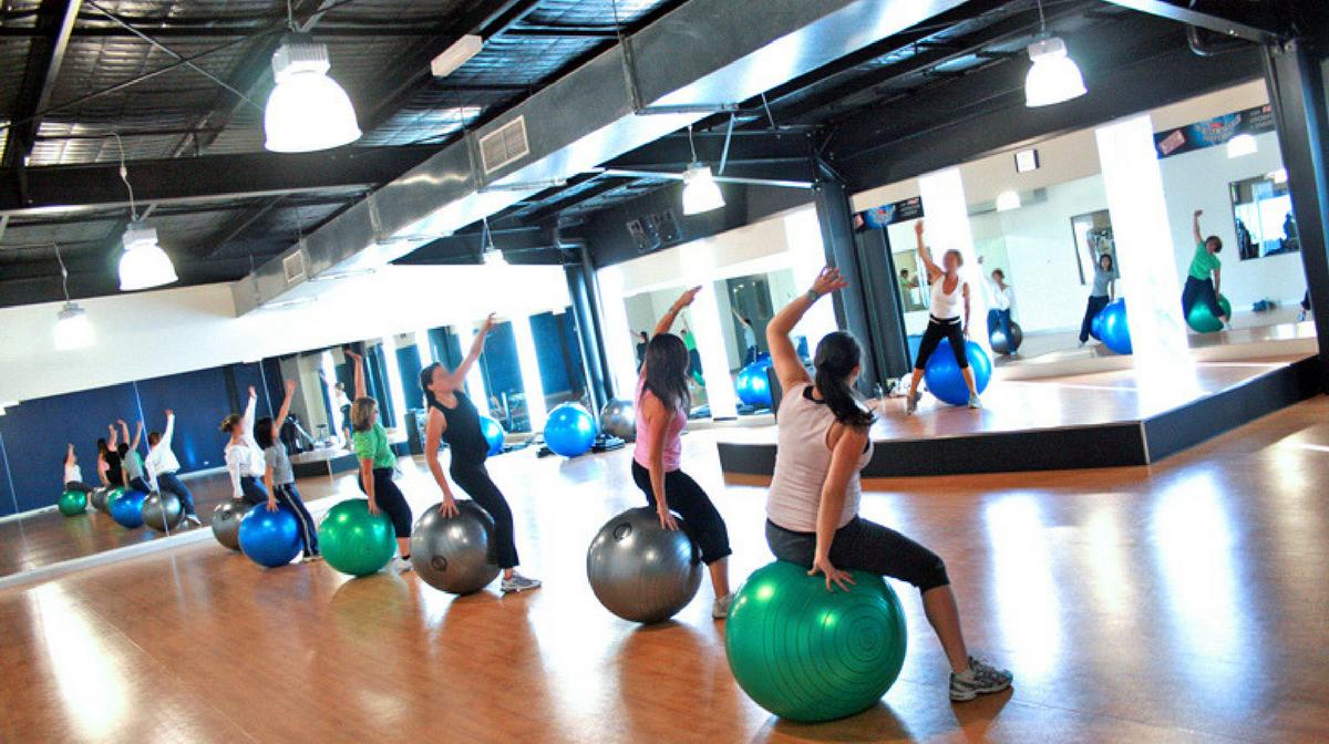 donne eseguono esercizi fitball in palestra