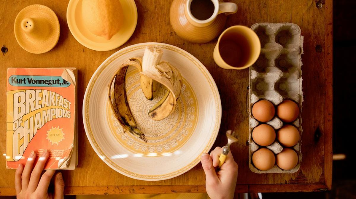 tavola con i prodotti per una colazione da campione: al contrario di ciò che si pensa le uova non fanno male ma sono perfette per colazione