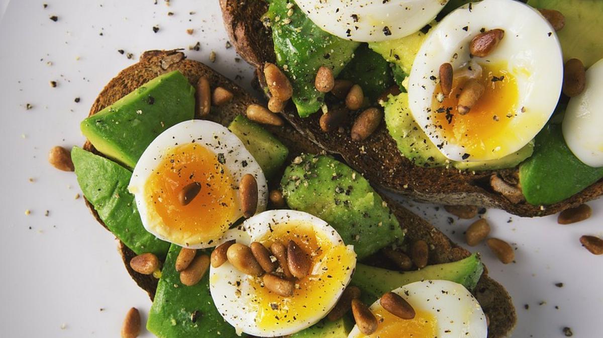 uova e avocado su toast: non è vero che le uova fanno male, anzi