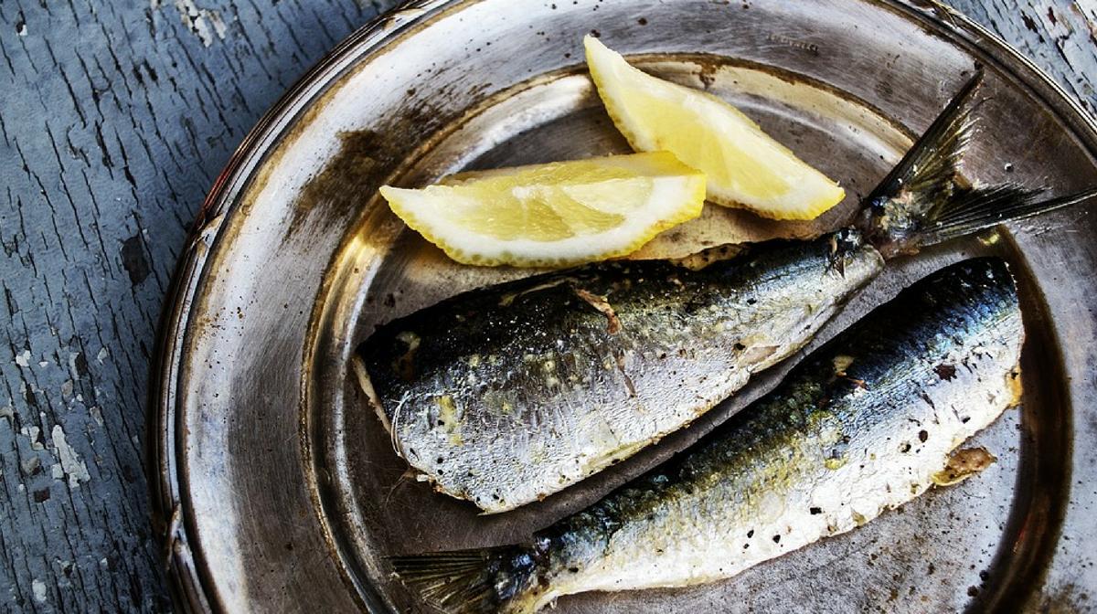 sardine su un piatto, ottime in ricette di pesce