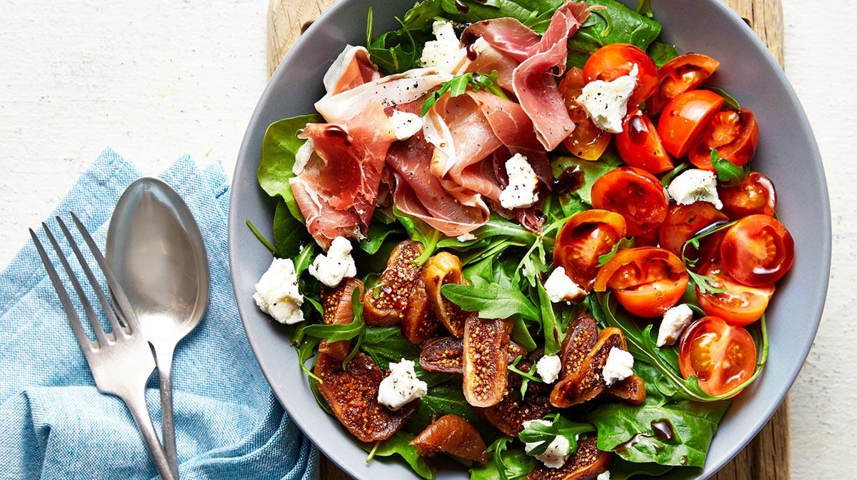 Insalata con prosciutto, fichi e feta: una delle nostre ricette per piatti dietetici