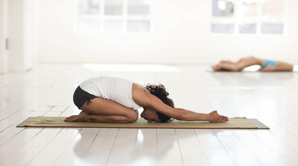Donna fa Yoga, uno sport a basso impatto che può aiutare a migliorare la salute