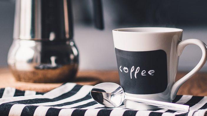 una tazza di caffè e caffettiera: iniziare la giornata con un momento di tranquillità favorisce una buona salute