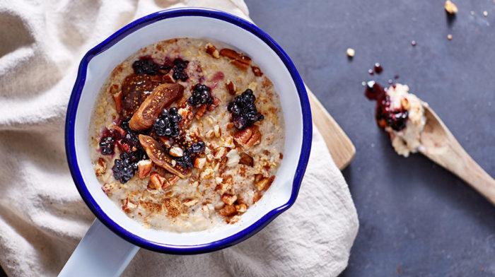Porridge Speziato con More, Fichi, Noci e Latte di Mandorle