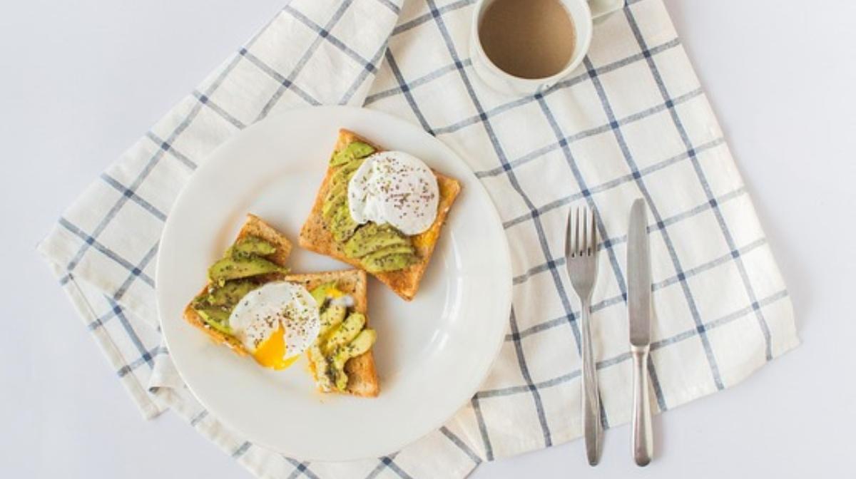 delicioso desayuno saludable de tostadas con huevo y aguacate