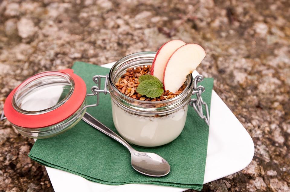 desayuno saludable granola con yogurt griego