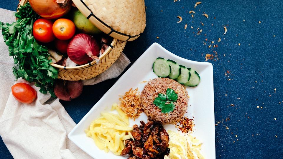 delicioso y saludable comida sencilla que incluye proteína, carbohidratos y verduras