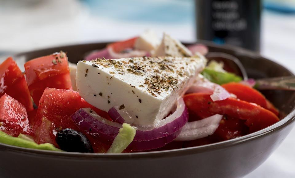 deliciosa y saludable ensalada griega con queso feta para disfrutar de una comida sencilla