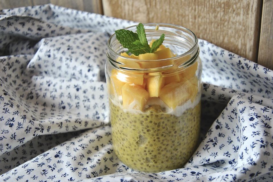 saludable almuerzo con mango, yogurt griego y semillas de chía