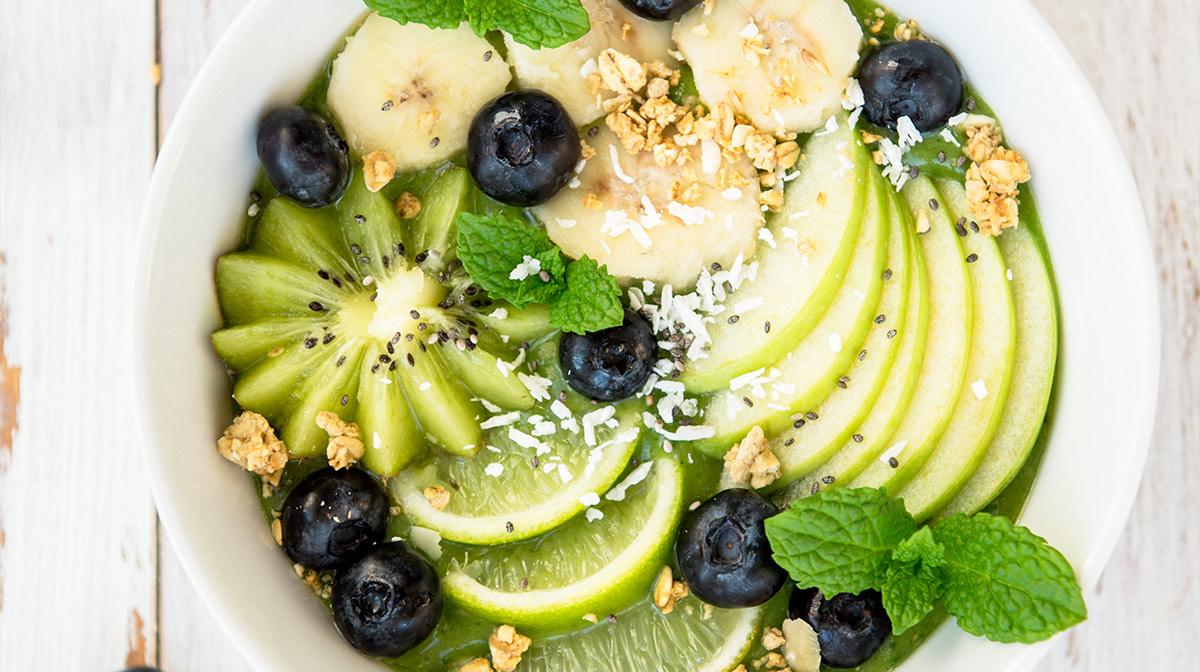 recetas saludables de un rico smoothie bowl con espirulina