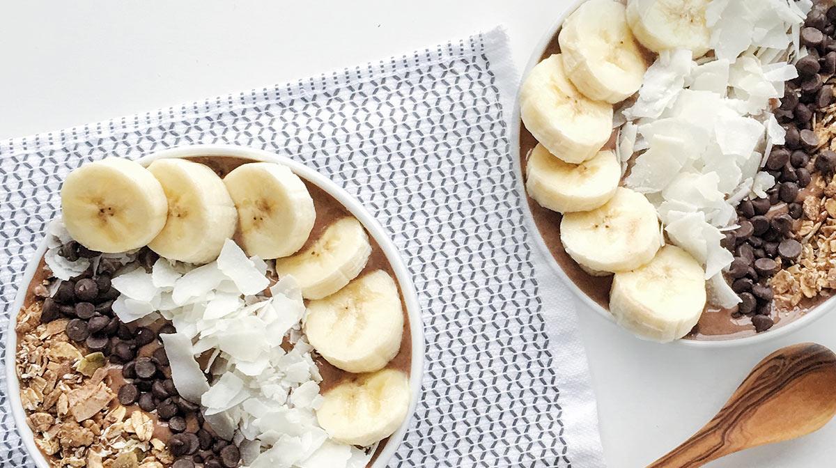delicioso y saludable smoothie bowl que incluye el superalimento conocido como maca