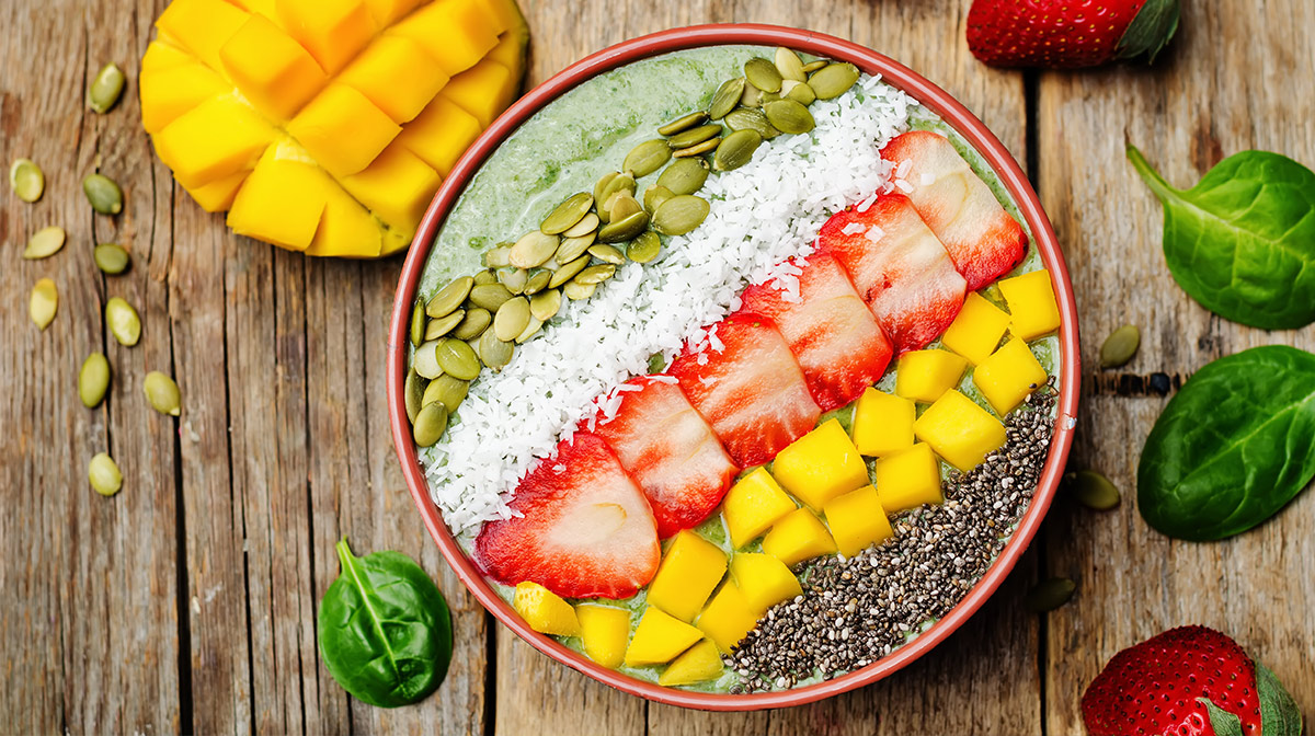 delicioso y saludable smoothie bowl con semillas de chía
