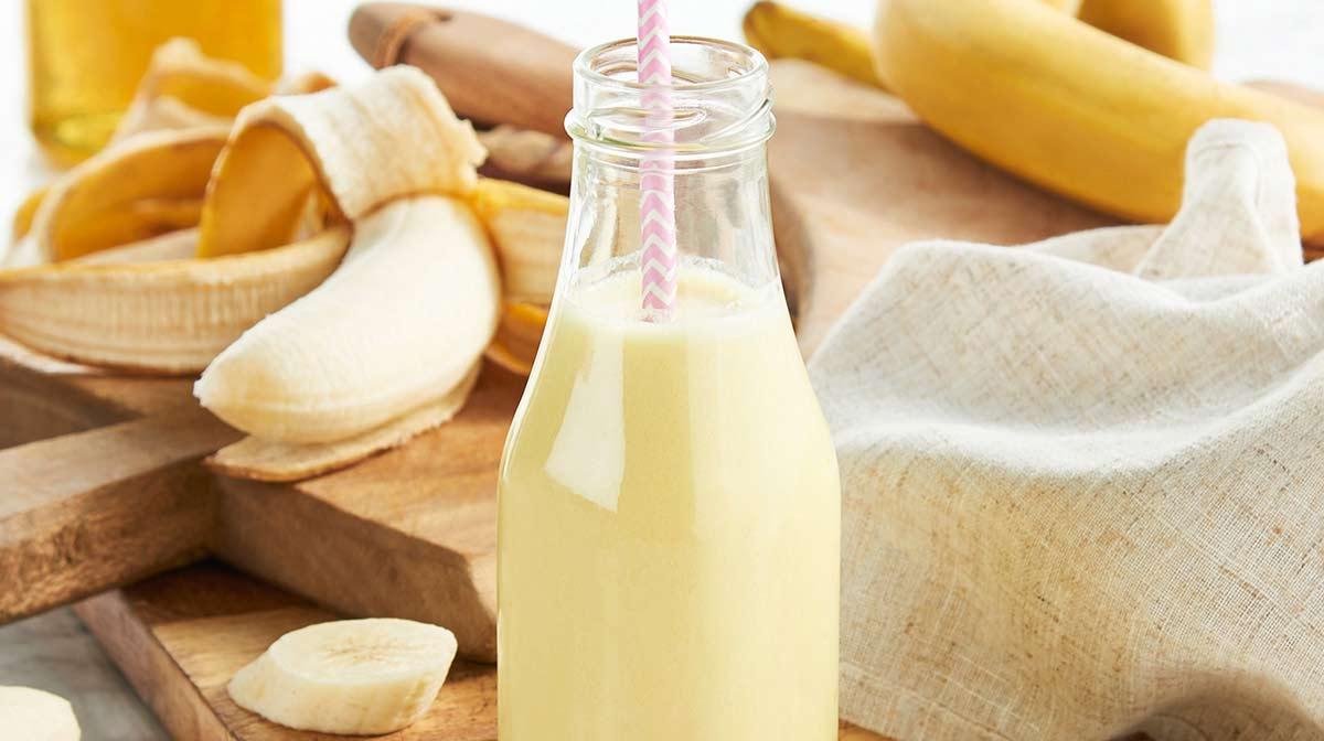 rico smoothie saludable de plátano alto en proteína y nutrientes