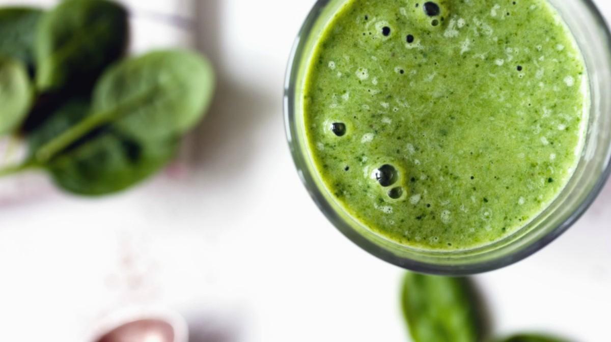 smoothie saludable verde rico en antioxidantes, nutrientes y proteína