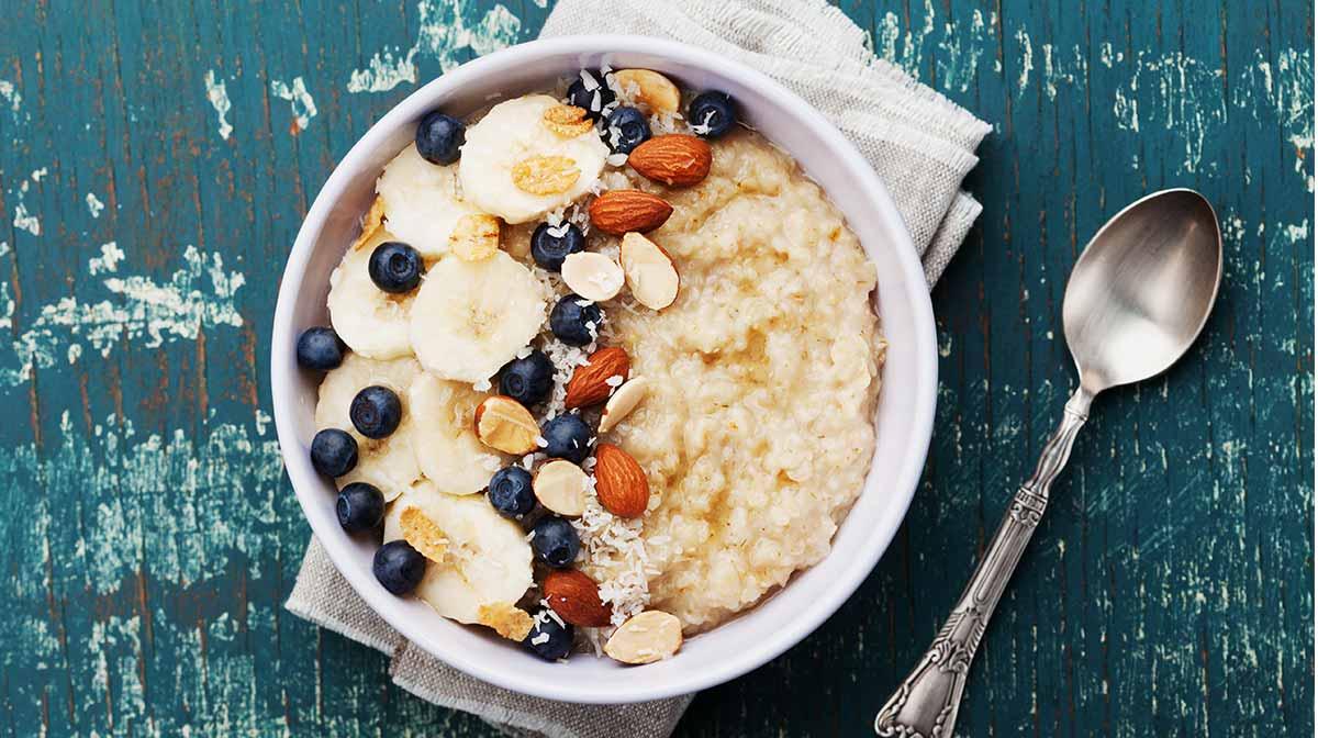 recetas saludables para disfrutar de un desayuno sano con unas deliciosas gachas de avena con plátano, arándanos y almendras