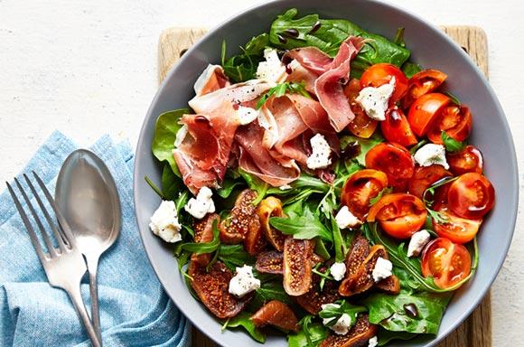 Recetas saludables de comidas saludables y cenas ligeras: ensaladas de espinaca, higos, jamón de parma y queso feta