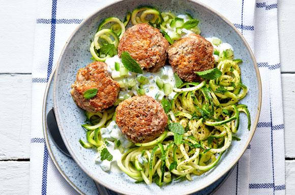 Recetas saludables de comidas saludables y cenas ligeras: pasta de calabacín con albóndigas de cordero