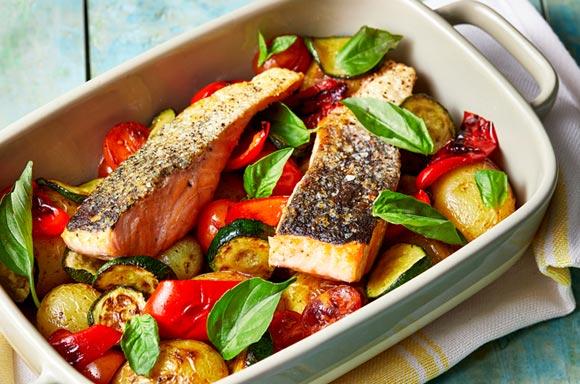 Recetas saludables, fáciles y rápidas: delicioso salmón con verduras asadas