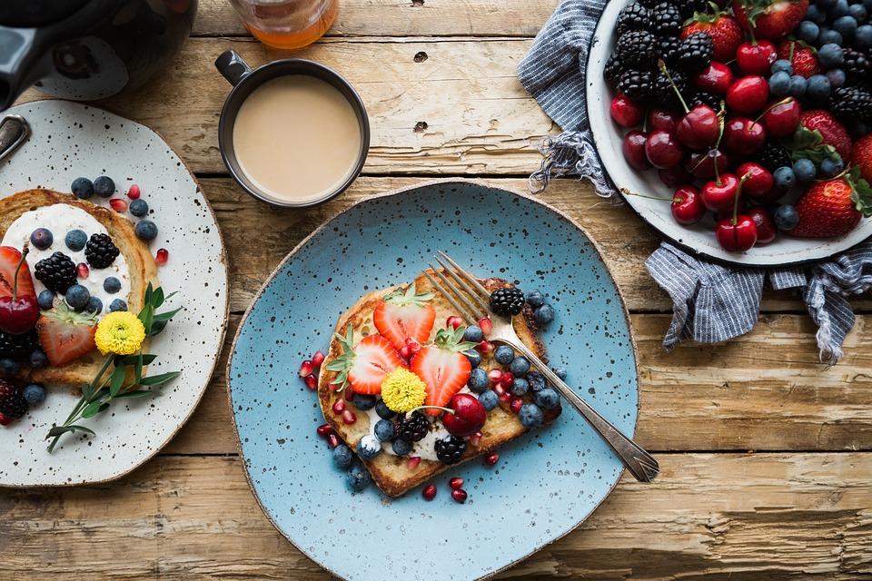 beneficios-del-complejo-de-vitamina-B-frutas-pan-y-huevo-ricos-en-vitaminas-del-complejo-B1