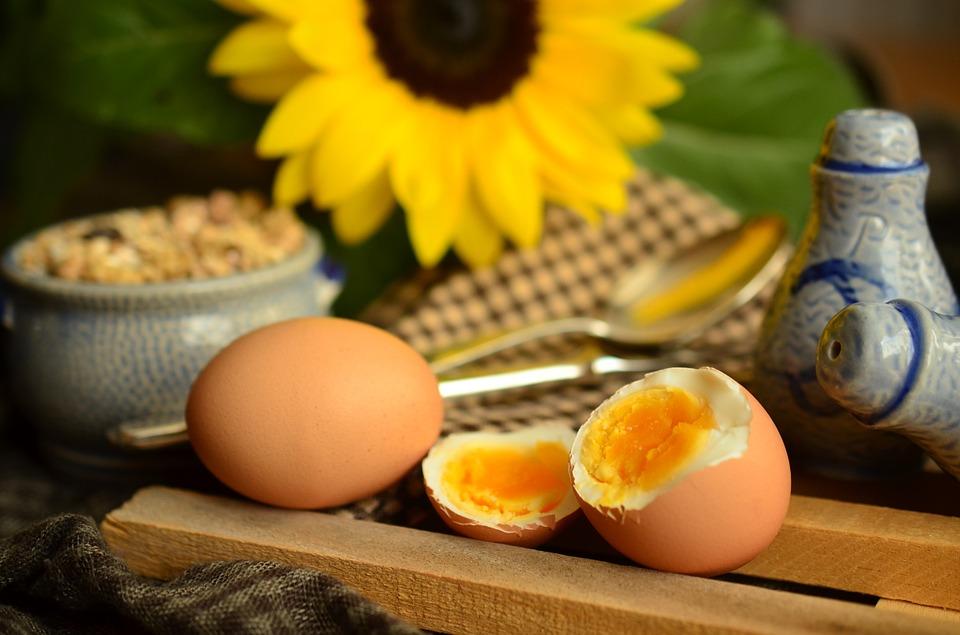 los huevos hervidos son una buena opción para disfrutar de una merienda sana