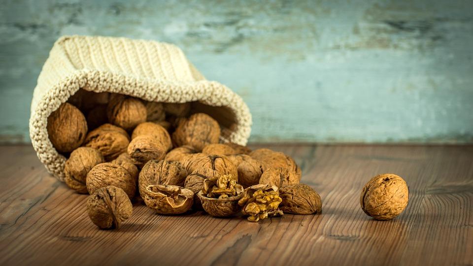 nueces ricas en proteína y bajas en carbohidratos para una merienda sana