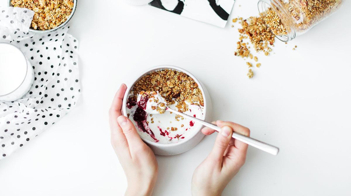 el yogurt contiene probióticos que reducen la barriga hinchada