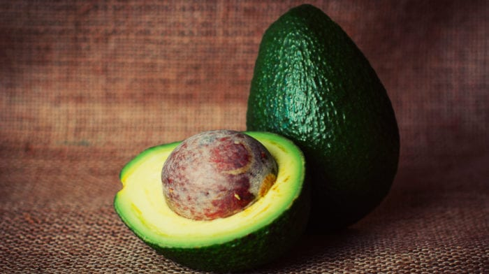 Cum să faci să se coacă un avocado în câteva minute (sau zile, dacă asta preferi)