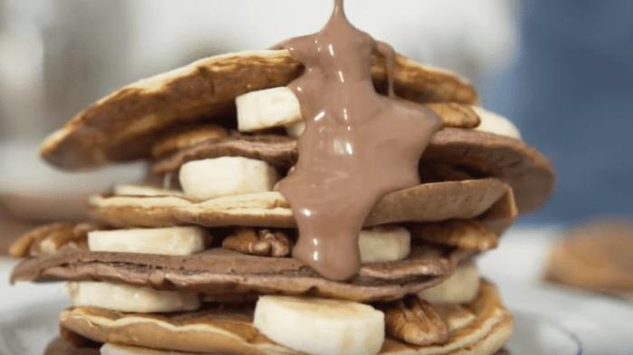 Protein pandekager med banan, pecan nødder og chokoladesauce