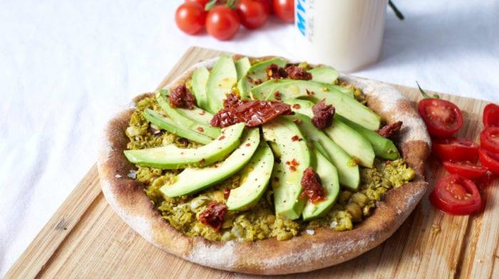 15 minutters vegansk opskrift | Avocado pizza med chili