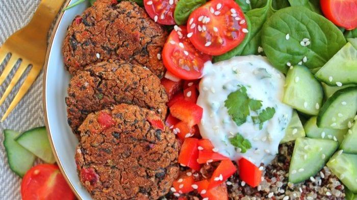 Vegansk opskrift | Sorte bønnebidder og hjemmelavet korianderdressing