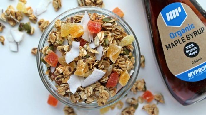 Eksotisk hjemmelavet crunch mysli med omega-3 og kokosknas