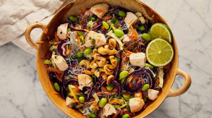 Low carb Thai nudelsalat med butterfly kylling
