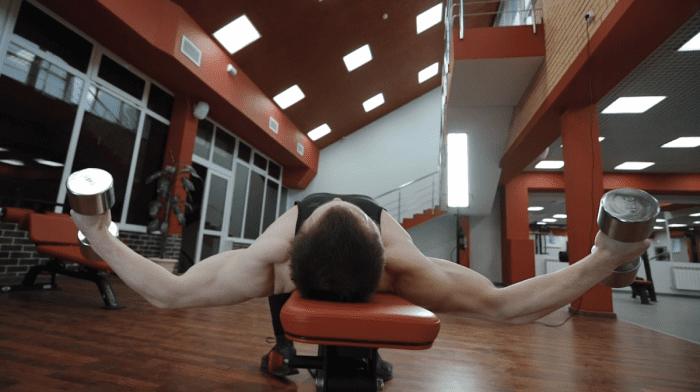 Sådan laver du dumbbell flyes | Fordele & Teknik