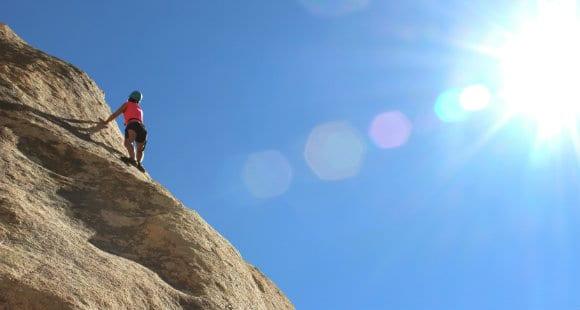 Grimper au sommet avec un entraînement d'escalade.