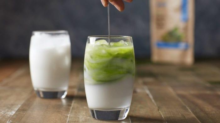 Thé latté de thé vert matcha à la vanille et à la noix de muscade